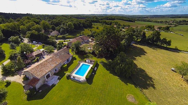 Gîte classé 2* dans magnifique ferme du XVIe siècle - piscine - vue imprenable, holiday rental in Bonnes