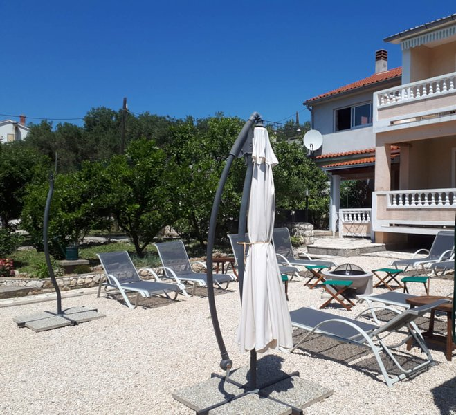 View of the sun deck and garden. Share with other guests of the Apartments Frankić.