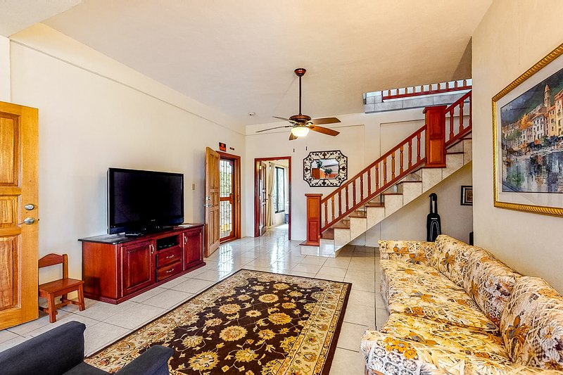 Enchanting family home w/ basketball, volleyball, mountain/city view, AC & WiFi!, Ferienwohnung in Mountain Pine Ridge Reserve