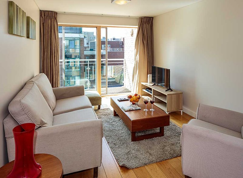 LUXURIOUS & LAVISH 1BR-1BA APARTMENT IN DUBLIN-2, holiday rental in Templeogue