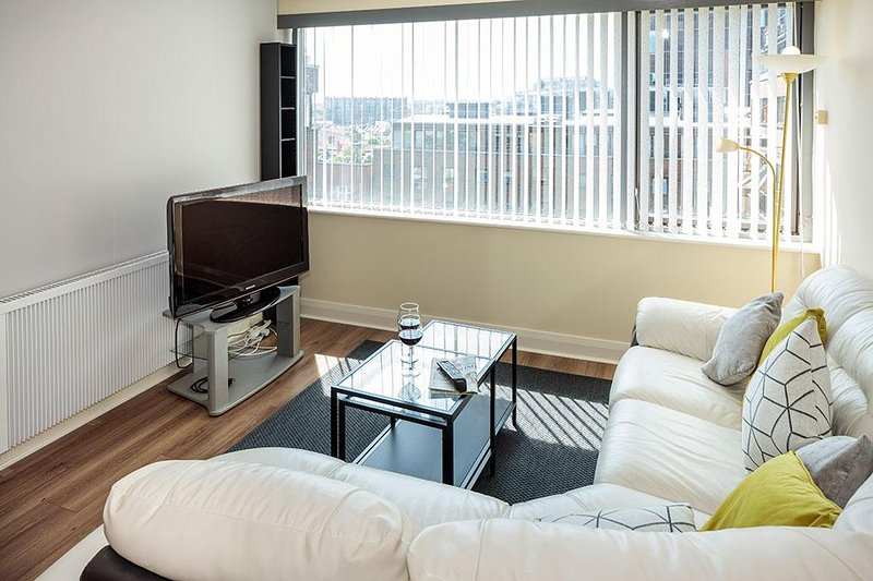 JUST OFF GRAND CANAL DOCK-REFURBISHED 2BR-2BA APT!, holiday rental in Howth