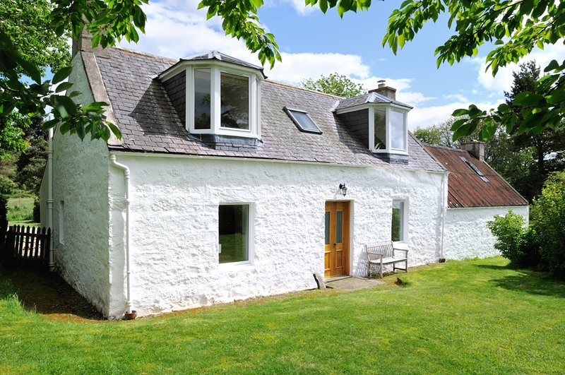 Tastefully renovated stone cottage in Glenlivet offering a peaceful retreat, casa vacanza a Auchnastank