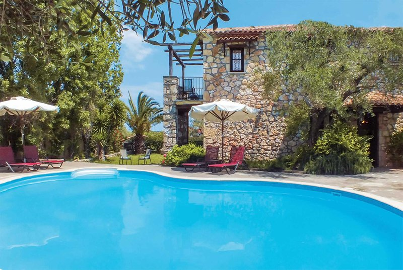 Charming villa, situated in lush gardens, casa vacanza a Neromilos