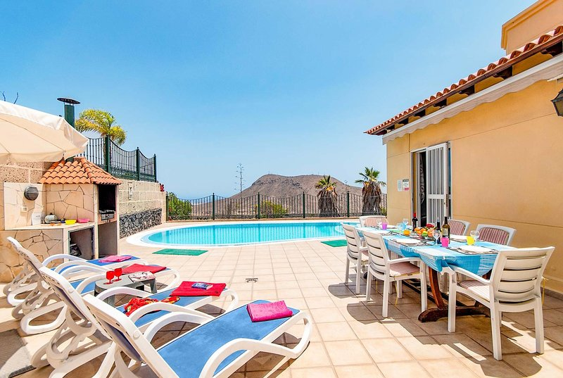 Large villa amazing views Gran Villa, location de vacances à Buzanada