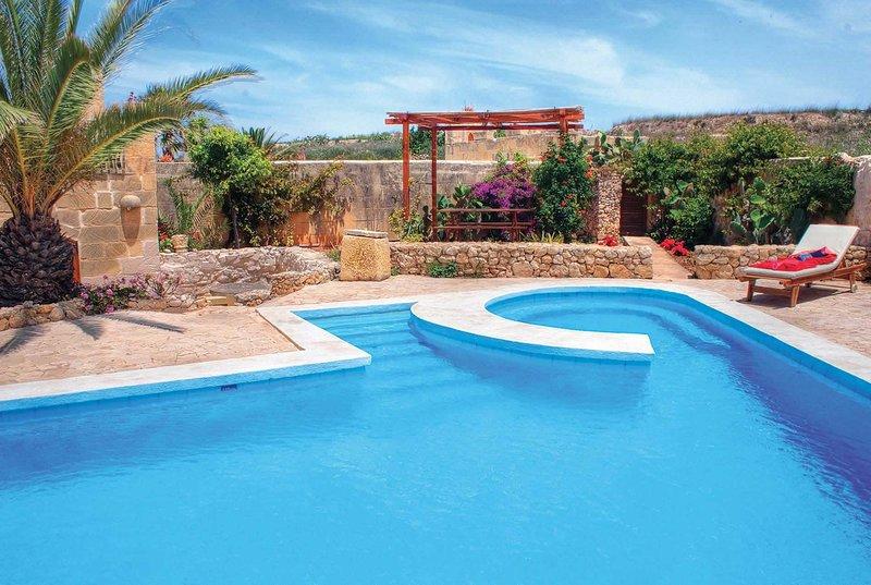 Traditional farmhouse villa w/pool, Free Wifi, vacation rental in Ghasri