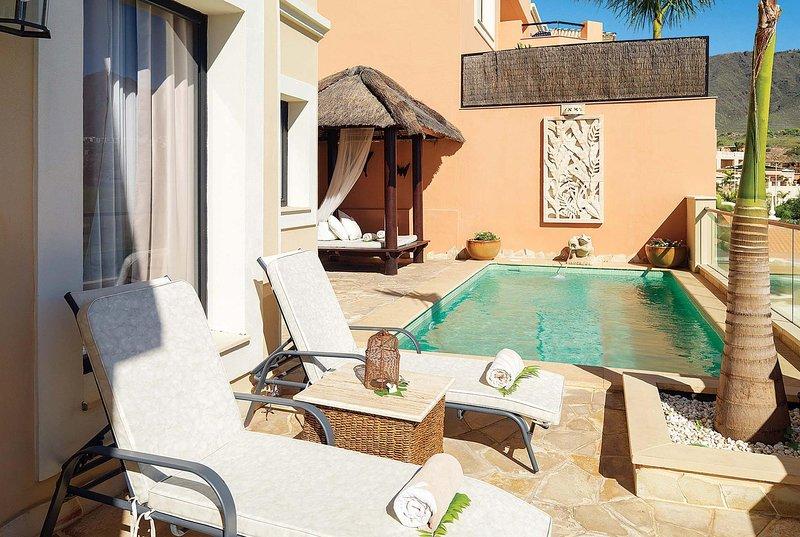 Luxury resort villa with heated pool & WIFI, holiday rental in La Caleta