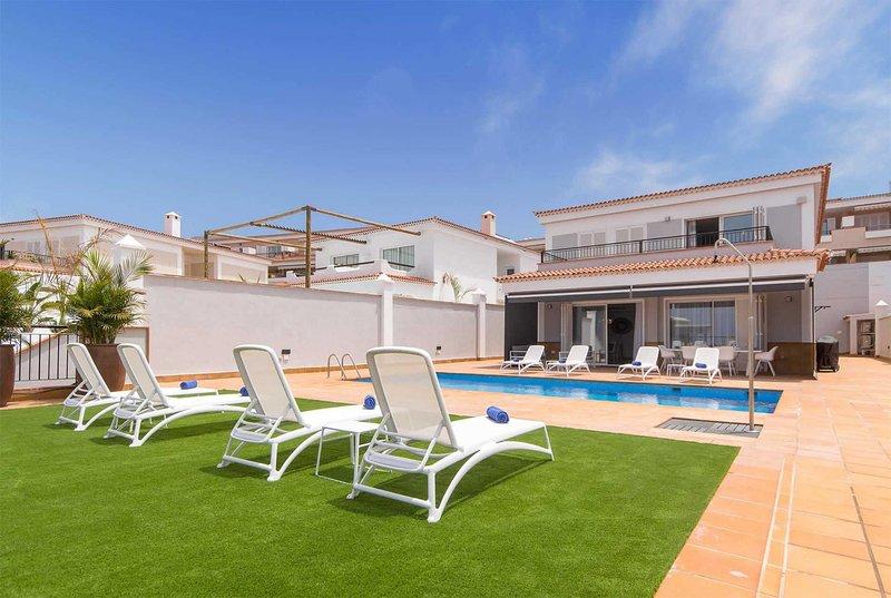 Beautiful contemporary property in  Los Gigantes, alquiler de vacaciones en Puerto de Santiago