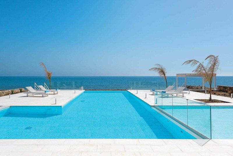 Beachfront sea views with hotel facilities, holiday rental in Kolimbia