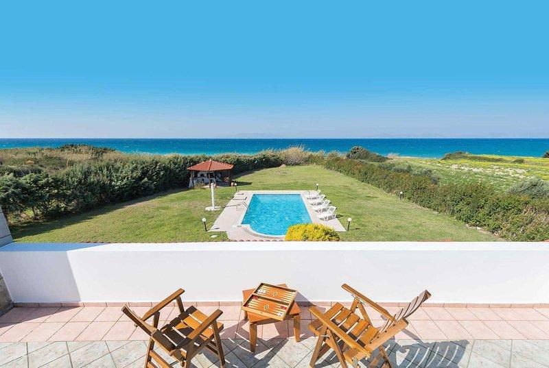 Stunning sea views, beach at the end of garden, casa vacanza a Kamiros Scala