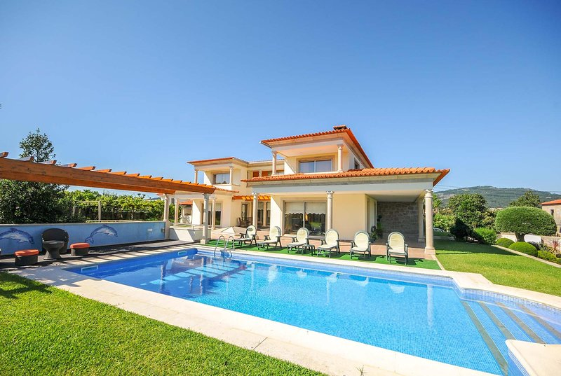 Spacious, modern, with table tennis & pool table, holiday rental in Rebordoes