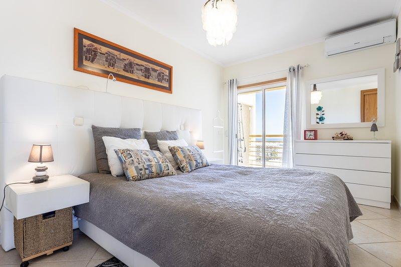 Top floor apartment, AC, amazing views, Full Equip, holiday rental in Albufeira