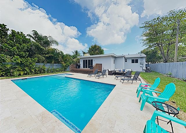 New Listing! Luxe Retreat Near the Beach - Lush Backyard w/ Pool & Firepit, aluguéis de temporada em Lauderhill