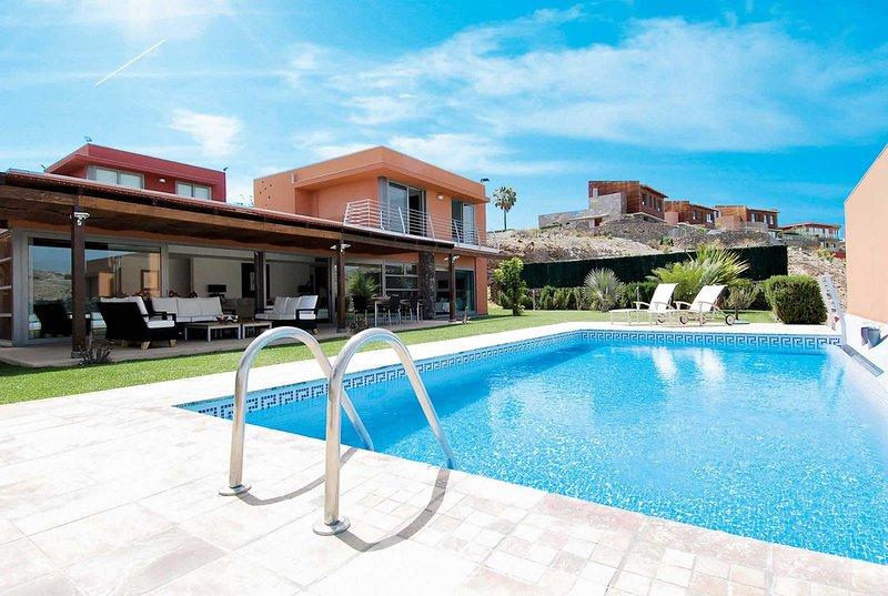 Family villa on golf resort with heated pool, vacation rental in El Salobre
