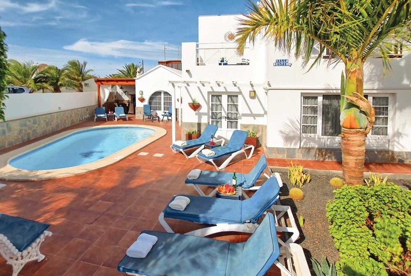 4 bed villa with hot tub, pool table, heated pool, holiday rental in Conil
