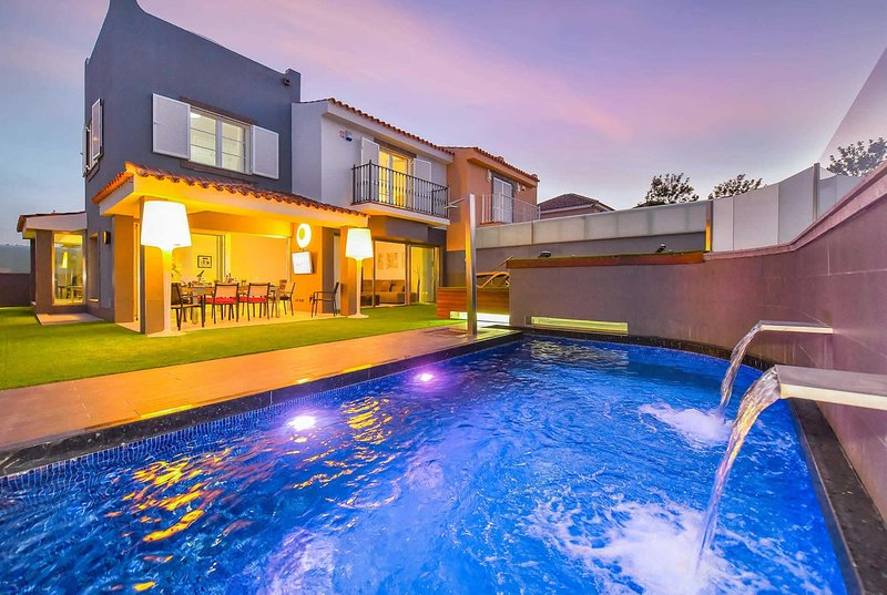 Stylish villa with walking distance from amenities, aluguéis de temporada em Costa Meloneras