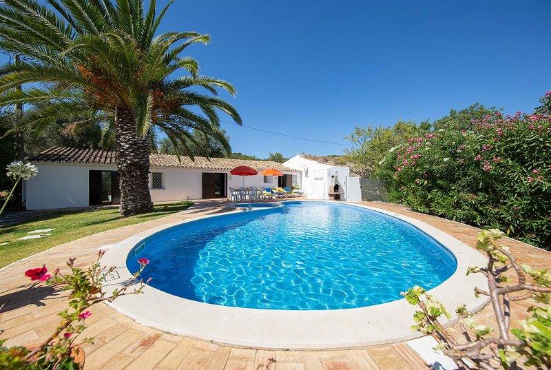 2 bed villa 5 minutes from bars and restaurants, location de vacances à Sao Bras de Alportel