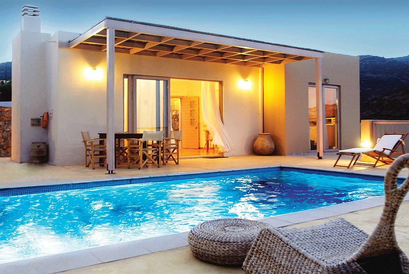 2 bed villa in private resort with shared gym, vacation rental in Katsikia