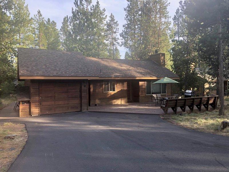 La nostra cabina in legno di cedro adatta alle famiglie con vialetto lastricato lungo ospiterà facilmente i tuoi veicoli
