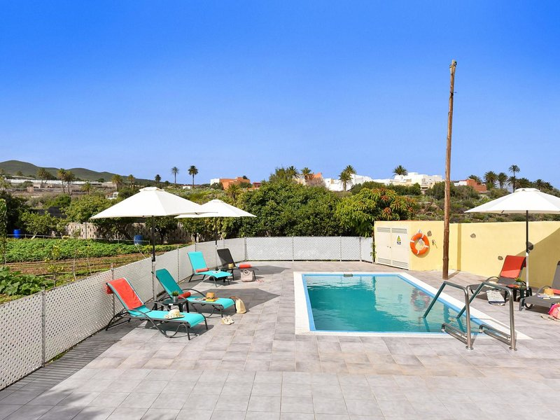 Family Villa Algodones with Pool, holiday rental in El Burrero