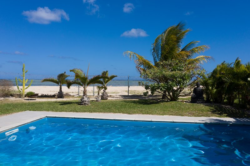 chalet Kestrel with private pool on the beach, alquiler de vacaciones en Distrito de Savanne