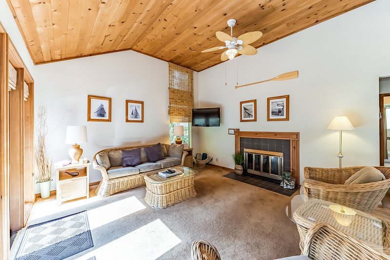 Unique townhouse w/ a view of the Redwood Coast - next to HSU & trails!, vacation rental in Arcata