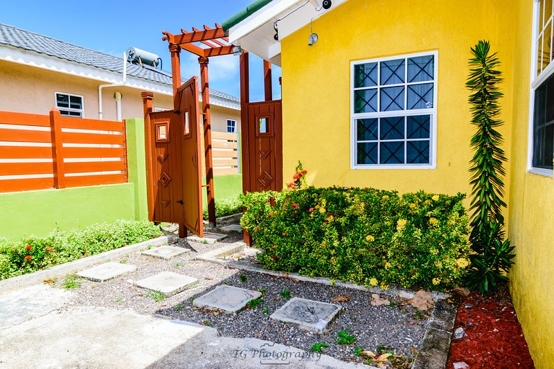 Tropical Getaway Villa, private pool, deck & BBQ, sleeps 8, 10 mins Ocho Rios – semesterbostad i Ocho Rios