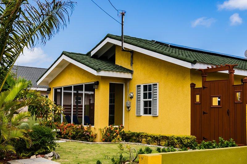 Tropical Getaway Villa, private small pool, deck & BBQ, 10 mins Ocho Rios, holiday rental in Ocho Rios