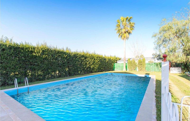 Beautiful home in Los Palacios with Outdoor swimming pool, Outdoor swimming pool, aluguéis de temporada em Los Palacios y Villafranca