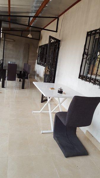 Maison dans résidence avec gardien et parking intérieur sécurisé, holiday rental in Littoral Region