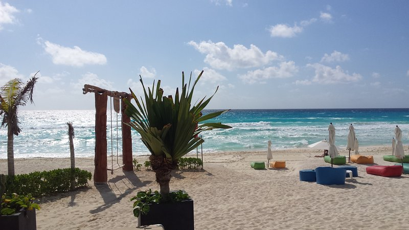 CLUB ZONE LOFT CONDO IN BEACHFRONT RESORT WITH 2 LUXURIOUS POOLS, vacation rental in Cancun