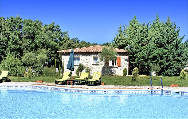 Beautiful home in St. Marcel de Careiret with Outdoor swimming pool, WiFi and Ou, holiday rental in Saint-Laurent-La-Vernede