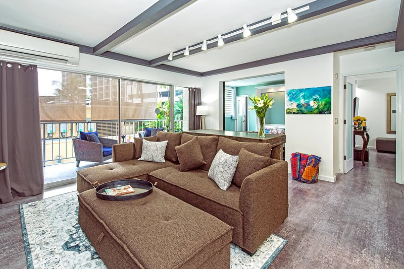 SOGGIORNO: porte in vetro dal pavimento al soffitto lasciano entrare la luce naturale.