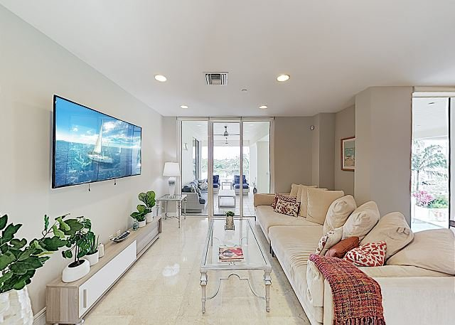 New Listing! Designer All-Suite Beach Condo w/ Infinity Pool & 3 Balconies, holiday rental in Boca Raton