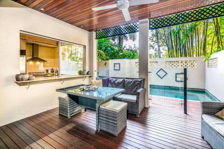 Cairns Resort Living★12min to Airport★Private Pool for 8★Free WiFi★Parking, aluguéis de temporada em Cairns