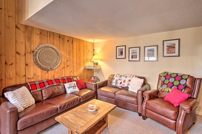 This 1-bed, 1-bath vacation rental cabin in Bartlett, New Hampshire awaits you.