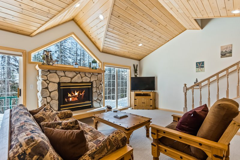 Updated Schweitzer Mt. condo w/ gas fireplace, full kitchen, & easy ski access!, casa vacanza a Colburn
