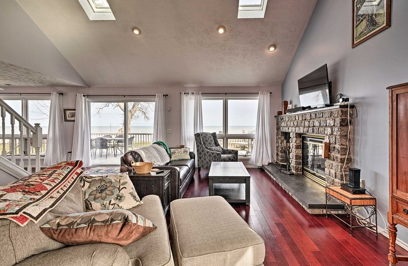 NEW! Quaint Waterfront Home w/Deck on Lake Ontario, holiday rental in Kent