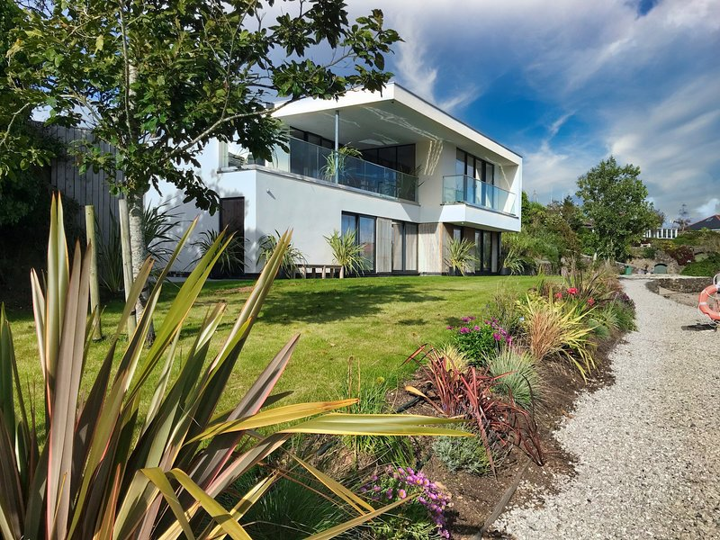 ANCARVA, water's edge, WiFi, watersports, contemporary design in Millbrook, Ref, holiday rental in Torpoint