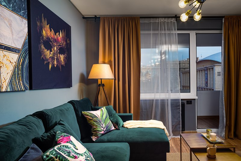 Golden Hour - One Bedroom - Comfortable Sofa - Ambiance Lights - Blackout Curtains.