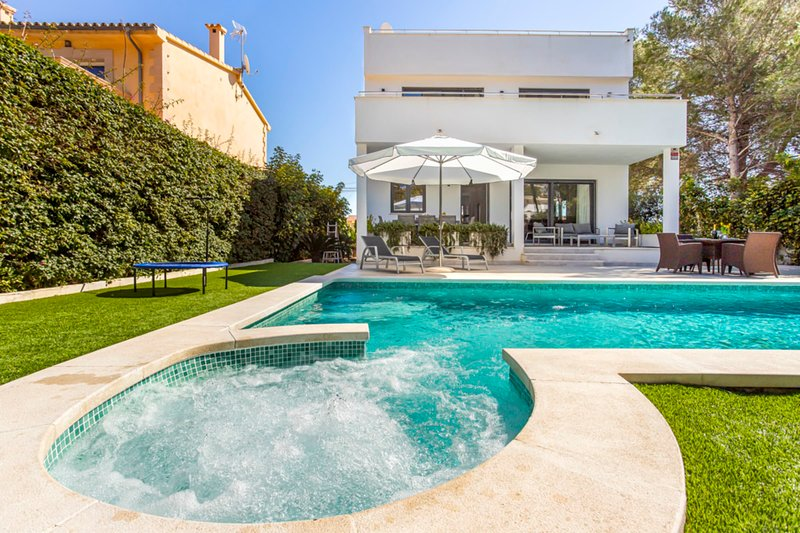 Villa The Tower next to the beach and fancy Port Adriano in Mallorca, vacation rental in Sol de Mallorca