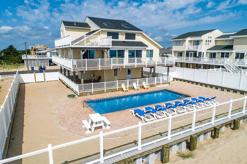 Shore Relaxin' | Oceanfront | Dog Friendly, Private Pool, Hot Tub, alquiler de vacaciones en Virginia Beach