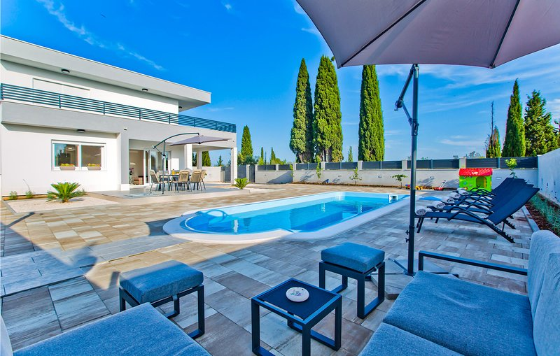 Nice home in Bogomolje with Outdoor swimming pool, WiFi and 3 Bedrooms (CDH590), location de vacances à Bogomolje