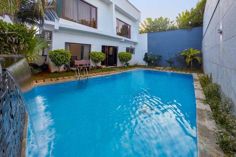 Coastal Hideout by Vista Rooms, vacation rental in Muttukadu