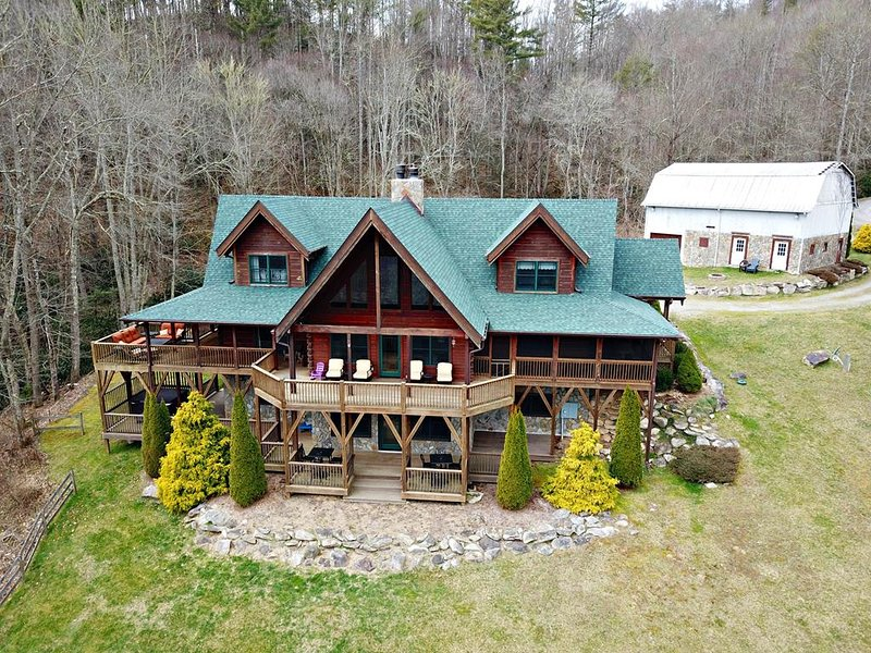 Mountain Splendor-Amazing Cabin with VIEWS, HOT TUB, POOL TABLE, FIRE PIT, WIFI,, holiday rental in Sugar Grove