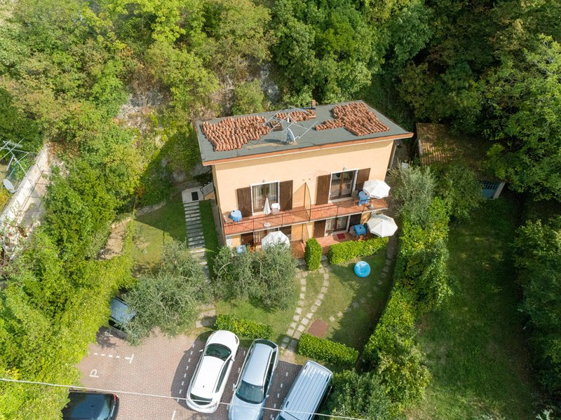 Villa Girasole B&B Monolocale con terrazzo vicino alla spiaggia, vacation rental in Torri del Benaco