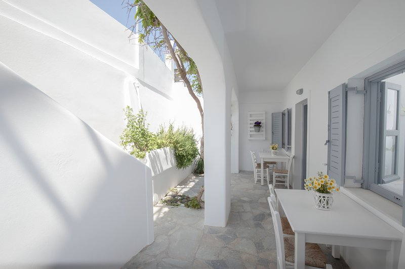 11 Only 30 meters from Kamari beach  studio 1-4 persons, aluguéis de temporada em Kamari