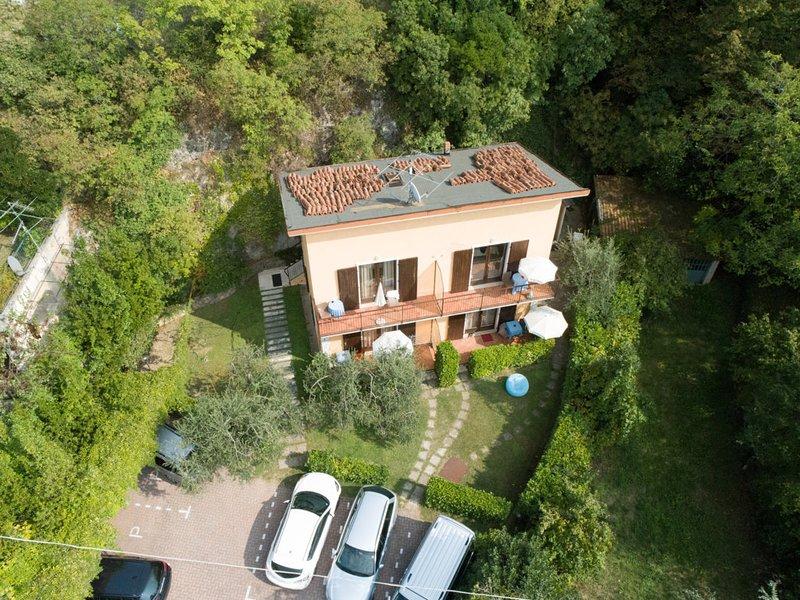 Villa Girasole B&B Monolocale Studio con balcone vista lago vicino alla spiaggia, vacation rental in Torri del Benaco