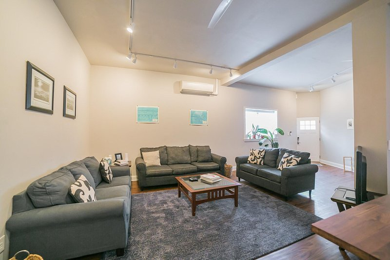 Clean & Modern Fishtown Home - Sleeps 10!, location de vacances à Pennsauken