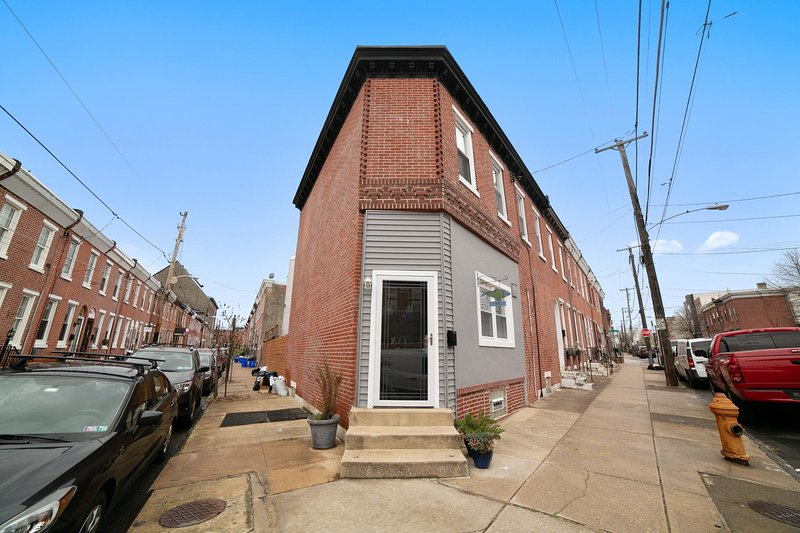 Enjoy city living at it's finest in this spacious and modern Fishtown home!  Large groups welcome!   3 separate bedrooms on the 2nd floor with 2 full bathrooms, and 1 half bath provide plenty of room for downtime and privacy.  A pull out sofa bed w/ ...
