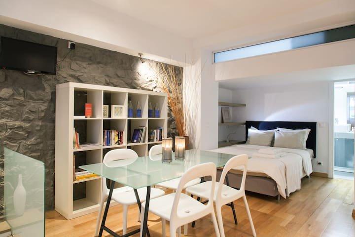 #AH01 ELEVATED GROUND FLOOR STUDIO, holiday rental in Athens